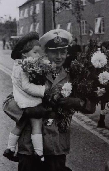 Командир подлодки «U-73» Хельмут Розембаум с дочерью после уничтожения авианосца «Eagle». Сентябрь 1942 г.