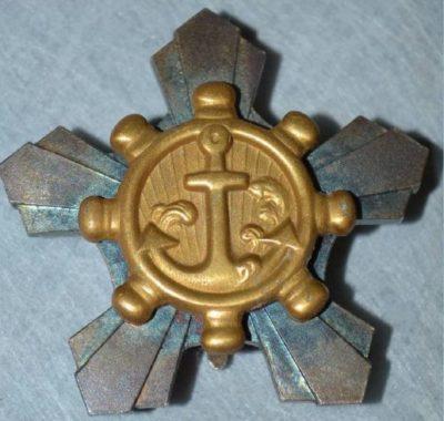 Знак «За трудолюбие членам экипажей кораблей» с центральным медальоном крашеным под золото.