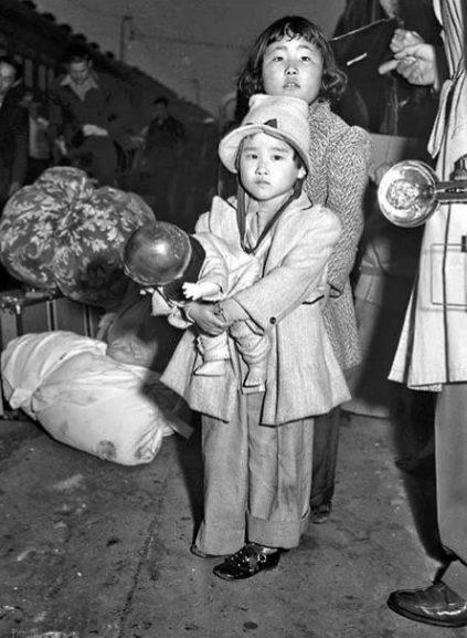 Дети в ожидании отправки в лагерь. Апрель 1942 г.