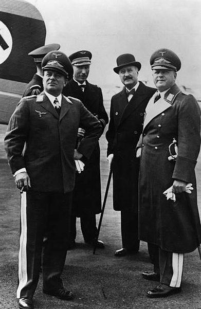 Эрнст Удет перед вылетом в Париж. Берлин. 1937 г.