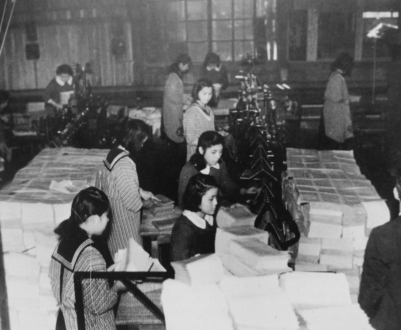 Школьницы работают в типографии Японского Информационного бюро. Январь 1942 г.