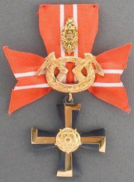 Крест 3-го класса ордена Креста Свободы за военные заслуги в военное время с дубовыми листьями за храбрость и отвагу.
