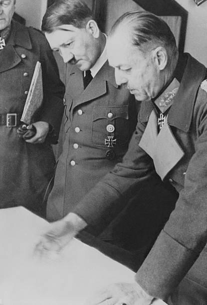 Герд фон Рунштедт и Адольф Гитлер в штабе Западного фронта. 1940 г.