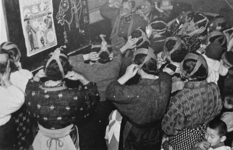 Японки на занятии с противогазами. Декабрь 1942 г.