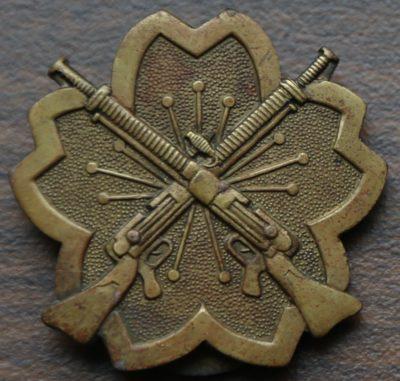 Аверс и реверс латунного знака «За стрельбу из лёгких пулемётов».
