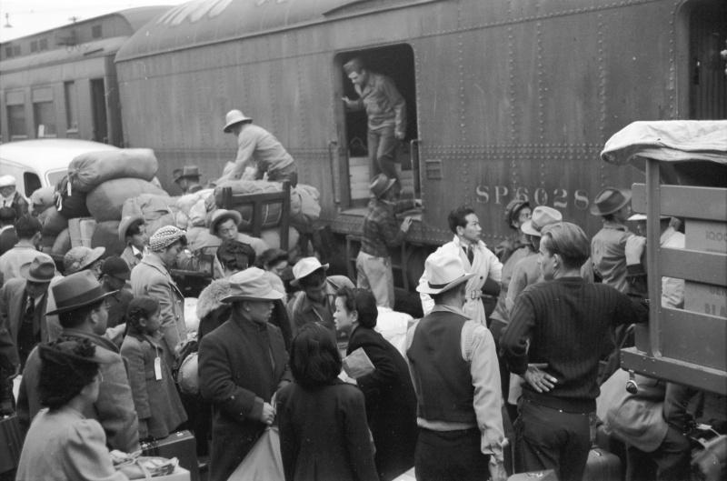 Японцы с железнодорожного вокзала Лос-Анджелеса отправляются в лагерь. Апрель 1942 г.