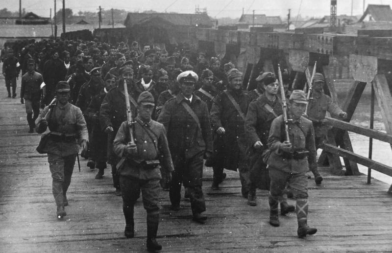 Солдаты конвоируют военнопленных из армий союзников. Декабрь 1942 г.