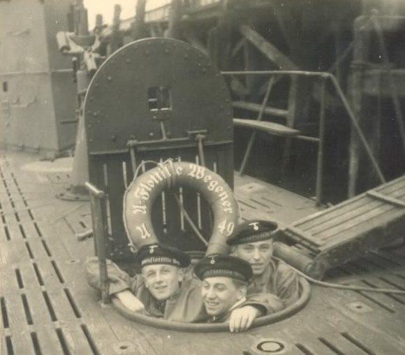 Моряки подлодки «U-49» позируют из аварийного люка. 1939 г.
