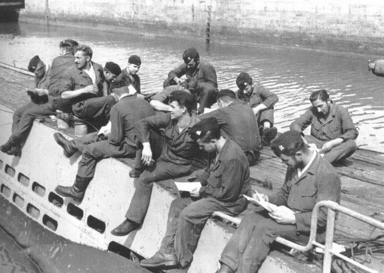 Экипаж подлодки «U-71» на отдыхе на верхней палубе. Сен-Назер. 1942 г.