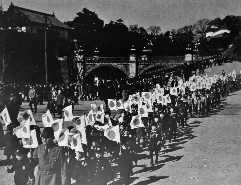 Дети с флагами на торжествах в честь побед японской армии. 1942 г.
