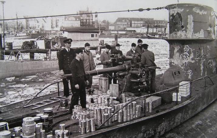 Загрузка продуктов и торпед на подлодку «U-48». 1939 г.