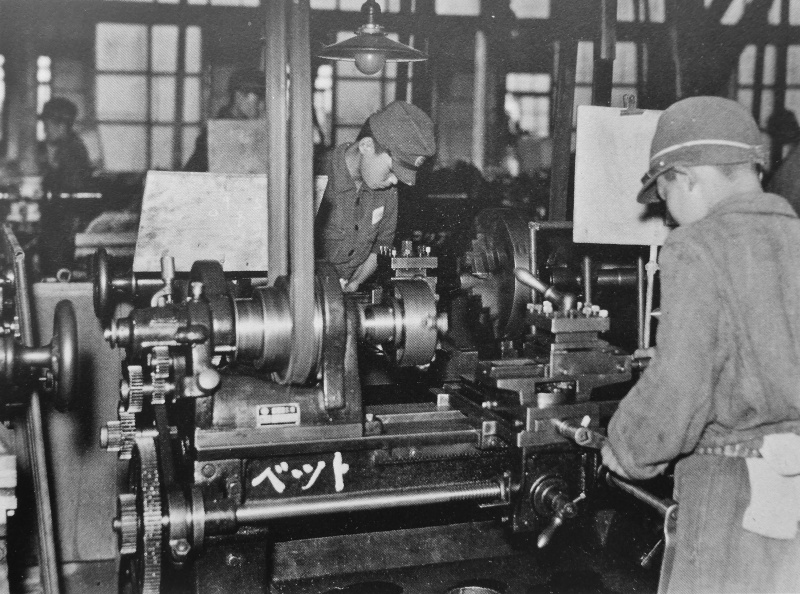 Подростки на оружейном заводе. 1942 г.