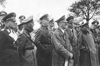 Адольф Гитлер, Вальтер фон Райхенау, Эрвин Роммель и Мартин Борман наблюдают за обстрелом Варшавы. Сентябрь 1939 г.