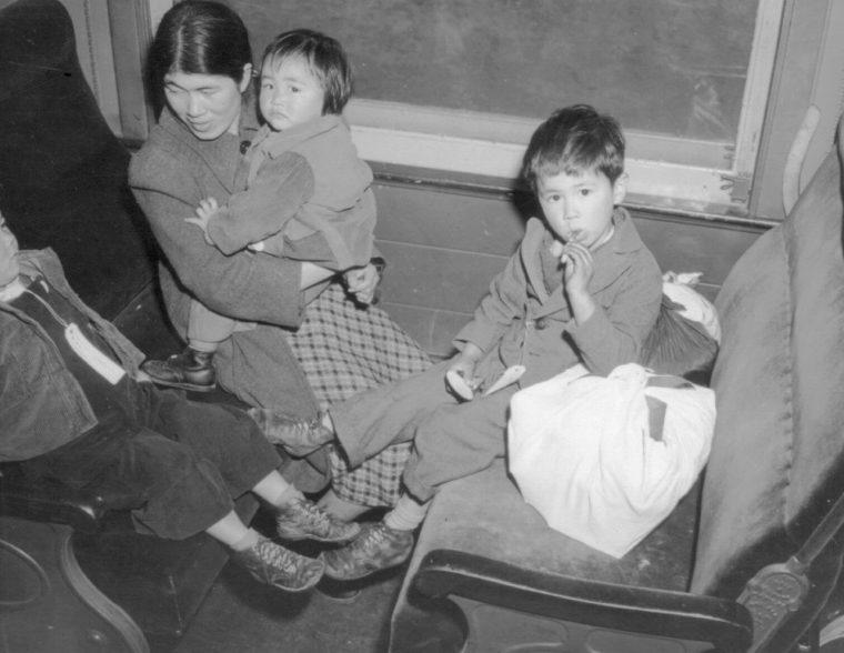 Семья следует в лагерь «Манзанар» для интернированных на поезде из Лос-Анжелеса. Апрель 1942 г.