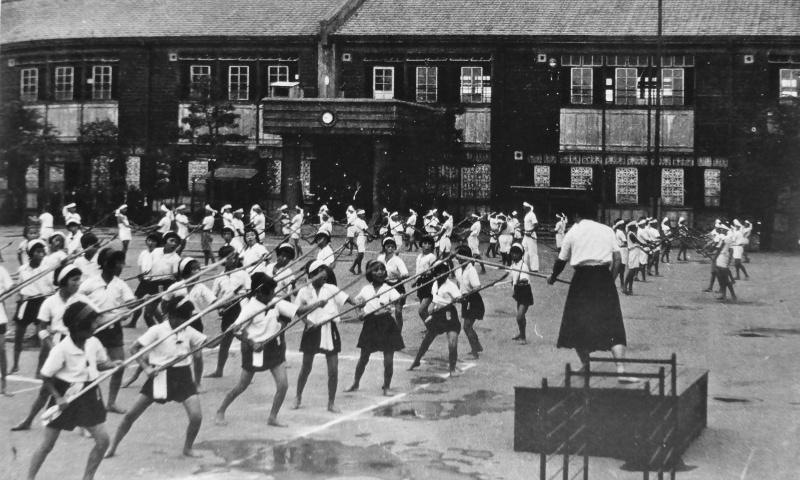 Японские школьницы на занятии с бамбуковыми копьями. 1942 г.