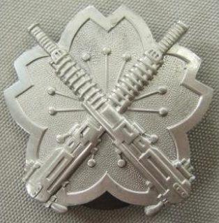 Аверс и реверс алюминиевого знака «За стрельбу из тяжелых пулемётов» образца 1939 г.