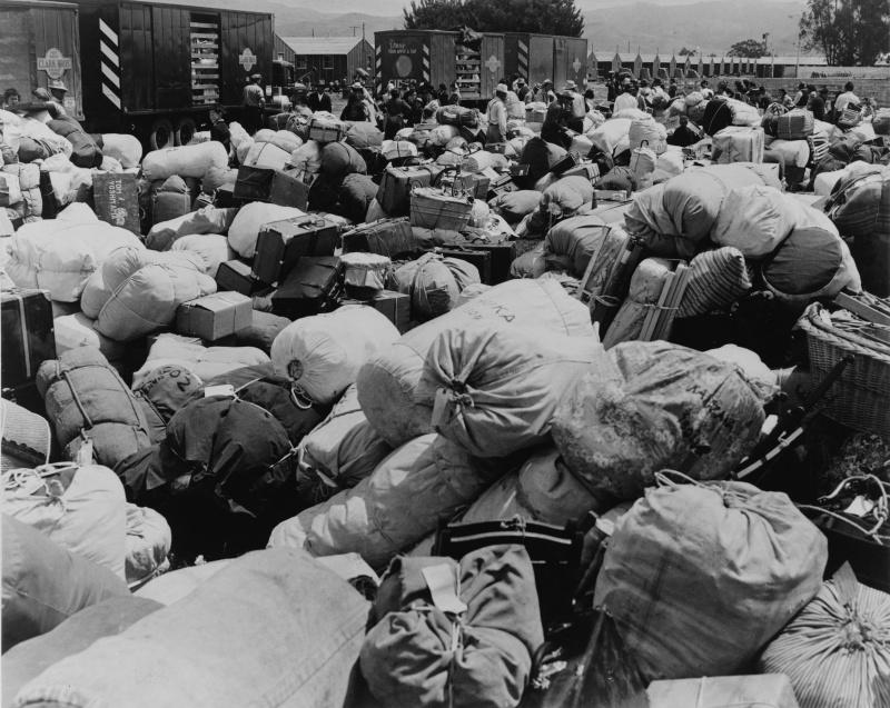 Вещи интернированных в лагере сборного пункта в Салинасе. Апрель 1942 г.