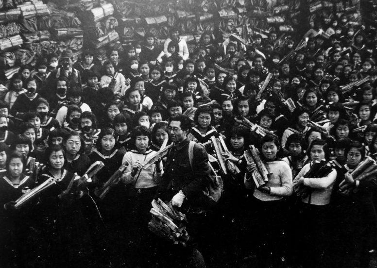 Школьницы из токийского района Мэгура позируют с заготовленными дровами. 1942 г.