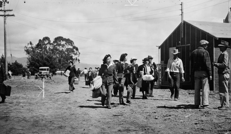 Вновь прибывшие в лагерь сборного пункта в Салинасе. Апрель 1942 г.