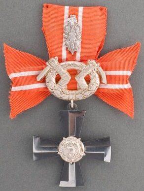 Крест 4-го класса ордена Креста Свободы за военные заслуги в военное время с дубовыми листьями за храбрость и отвагу.