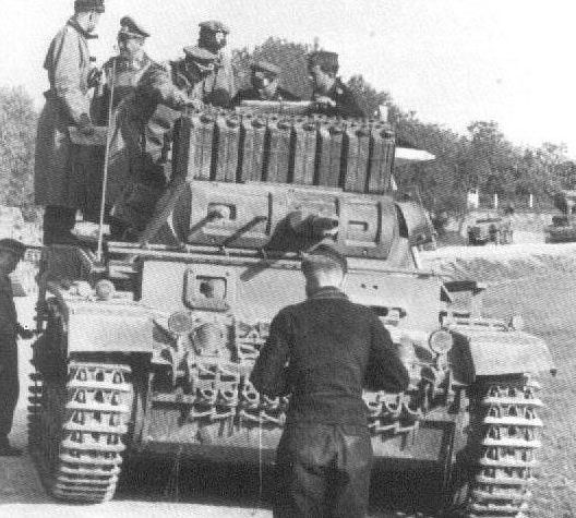 Ганс-Валентин Хубе осматривает танк. 1941 г.