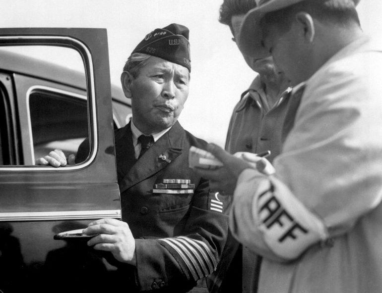 Американский ветеран Первой мировой войны японского происхождения во время прибытия в лагерь сборного пункта «Санта Анита». Апрель 1942 г.