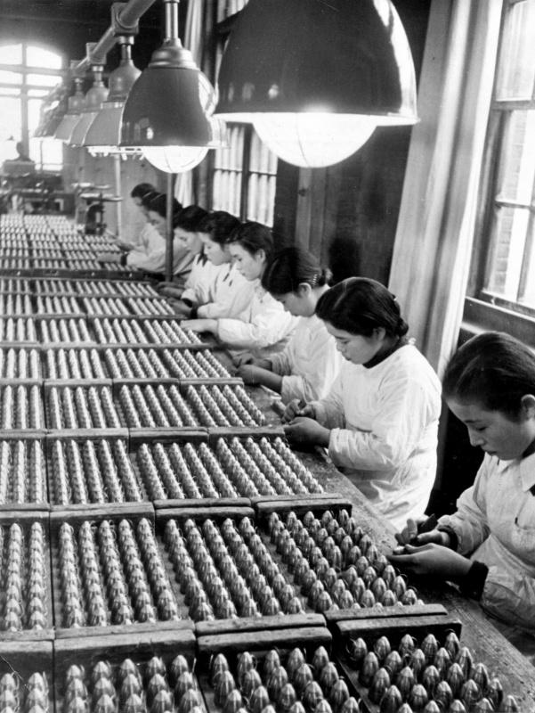 Женщины на оружейном заводе. 1943 г.