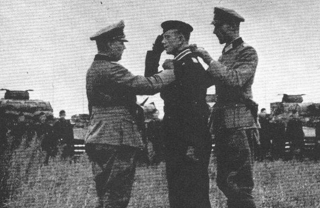 Ганс-Валентин Хубе вручает награду. 1941 г.
