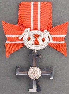 Аверс и реверс креста 4-го класса ордена Креста Свободы за военные заслуги в военное время.