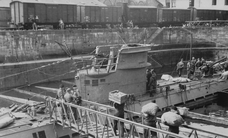 Загрузка продовольствия на подлодку «U-43» в порту Лорьяна. 1942 г.