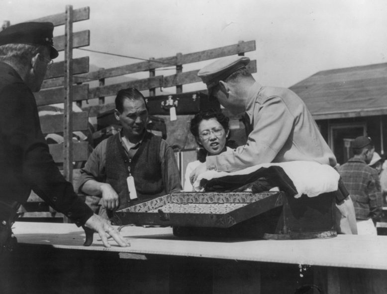 Досмотр вещей японцев в сборном лагере «Санта Анита» (Аркадия, Калифорния). Апрель 1942 г.