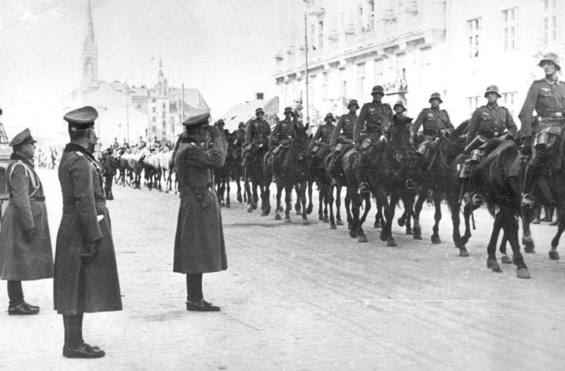 Немецкие войска заходят в город. 1 октября 1939 г.
