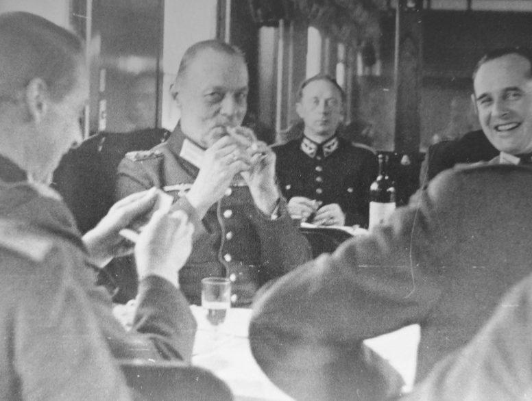 Герд фон Рунштедт и немецкие офицеры в вагоне-ресторане в пути из Парижа в Шербур. 1942 г.