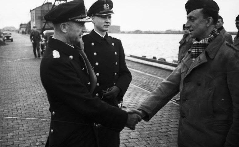 Адмирал Дёниц поздравляет экипаж «U-37». Вильгельмсхафен. Апрель 1940 г.