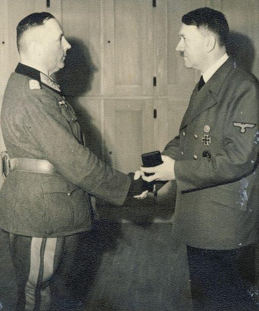 Ганс-Валентин Хубе получает Мечи к Рыцарскому кресту. 1943 г.