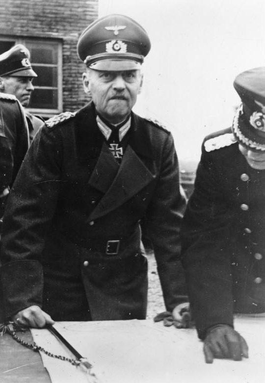 Герд фон Рунштедт у карты. 1943 г.