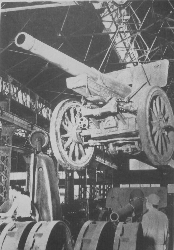Производственная линия 150-мм гаубиц на заводе. 1943 г.