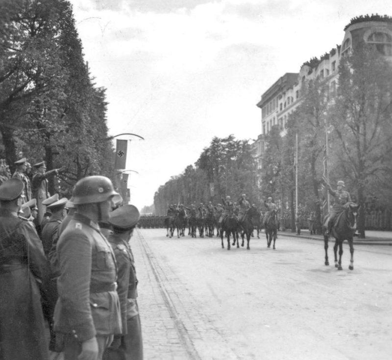 Адольф Гитлер в Варшаве на параде немецких войск. 5 октября 1939 г.