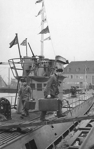 Экипаж уходит в отпуск с подлодки «U-37». Вильгельмсхафен. Апрель 1940 г.