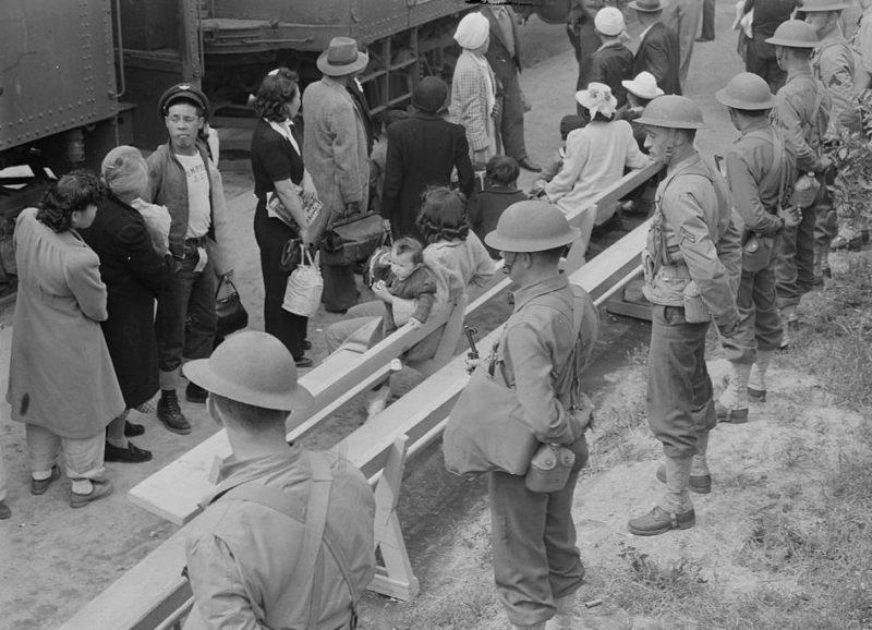 Отправка интернированных в лагеря из сборного пункта. Аркадия, Калифорния. Апрель 1942 г.