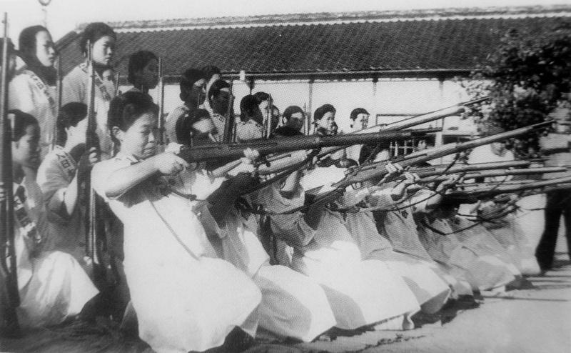 Девушки на занятии по стрельбе из винтовки. 1943 г.