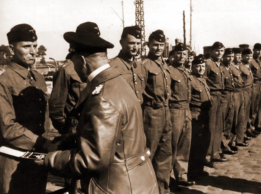 Гросс-адмирал Эрих Редер вручает командиру подлодки «U-99» Отто Кречмеру Рыцарский крест. Лорьян (Франция). 5 августа 1940 г.