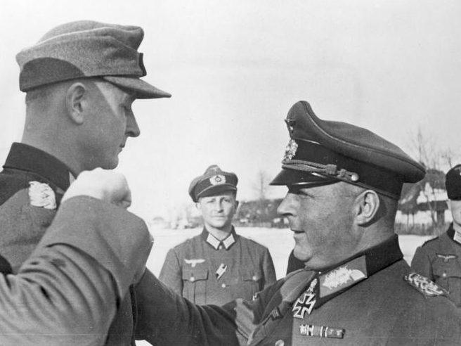 Ганс-Валентин Хубе полковнику Берн фон Баеру рыцарский крест. 1944 г.