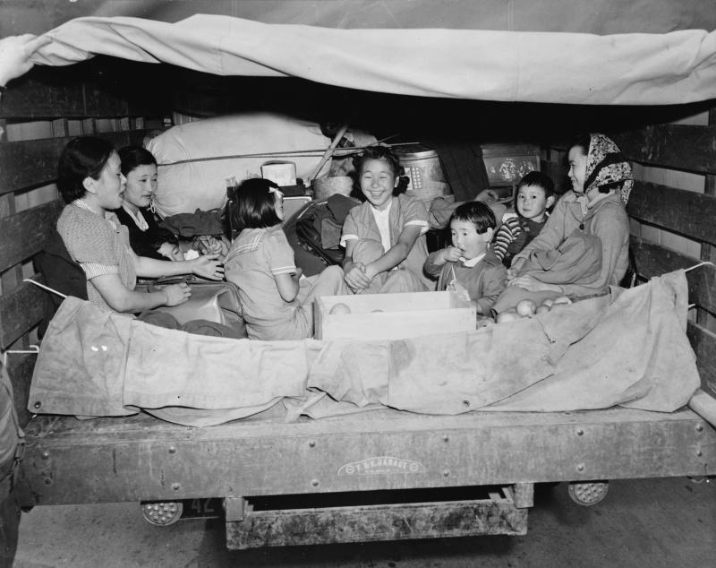 Японцы из Сан-Педро едут в лагерь для интернированных. Апрель 1942 г.