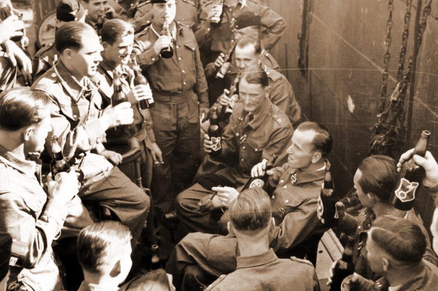 Отто Кречмер отмечает успешное окончание похода и свою награду с экипажем лодки. Август 1940 г.