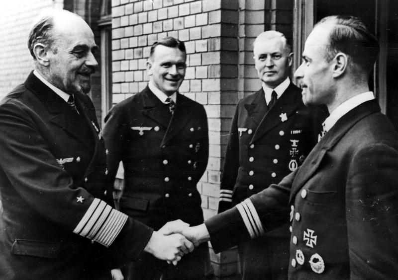 Командующий группой ВМС «Север» генерал-адмирал Рольф Карльс поздравляет с награждением Рыцарским Крестом командира подлодки «U-435» капитана-лейтенанта Зигфрида Штрелова. 1942 г.
