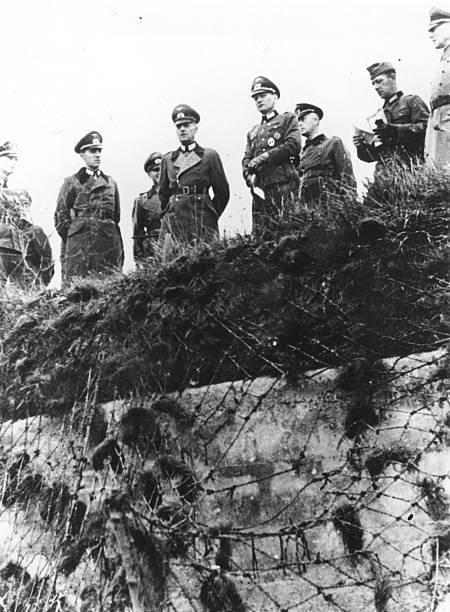 Герд фон Рунштедт с офицерами на побережье. 1943 г.