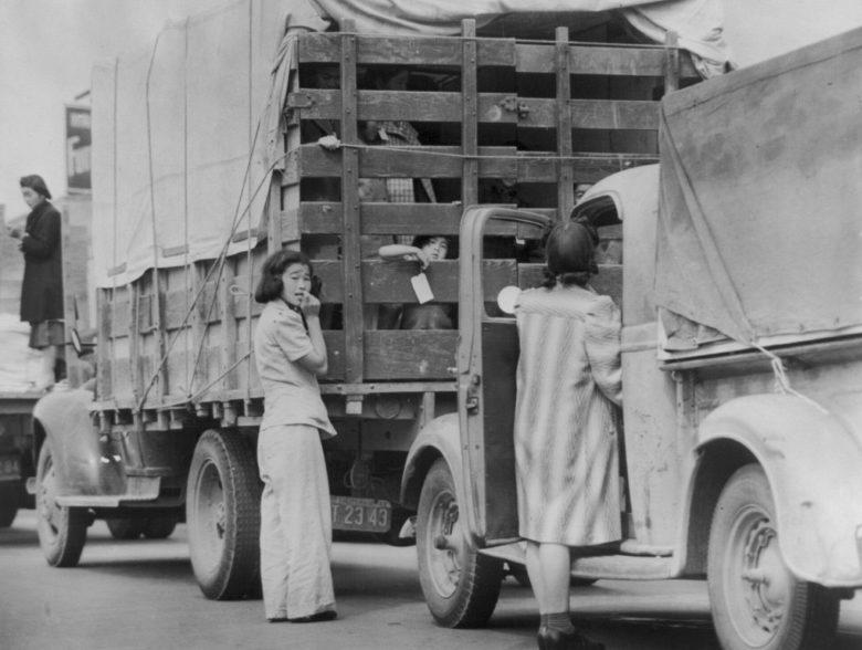 Японцы из Редондо Бич едут в лагерь. Апрель 1942 г.