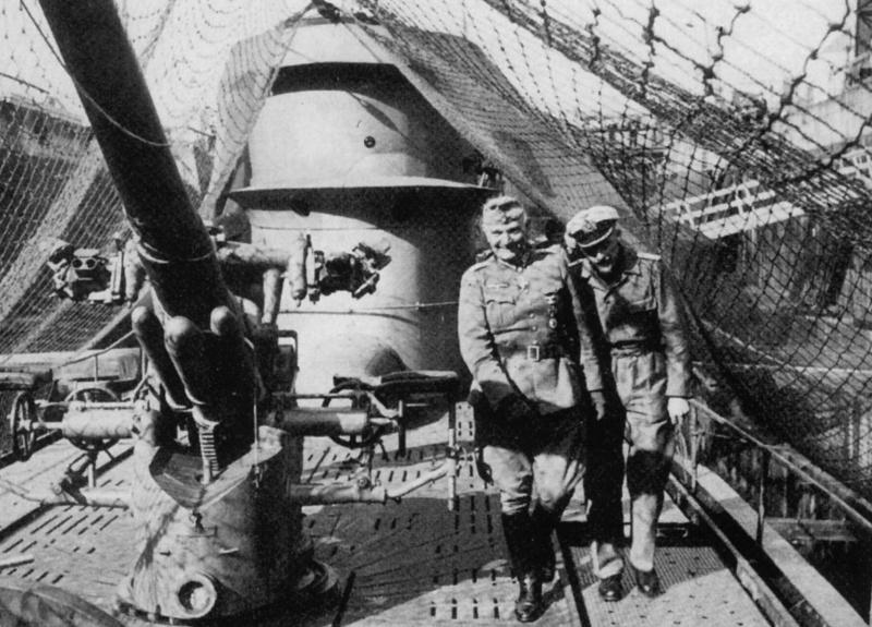 Генерал-лейтенант Крацерт осматривает подлодку «U-65» капитан-лейтенанта Штокхаузена. Август 1940 г.