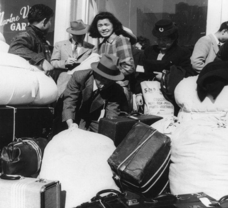 Японцы ожидают автобус в лагерь на улице Сан-Франциско. Апрель 1942 г.